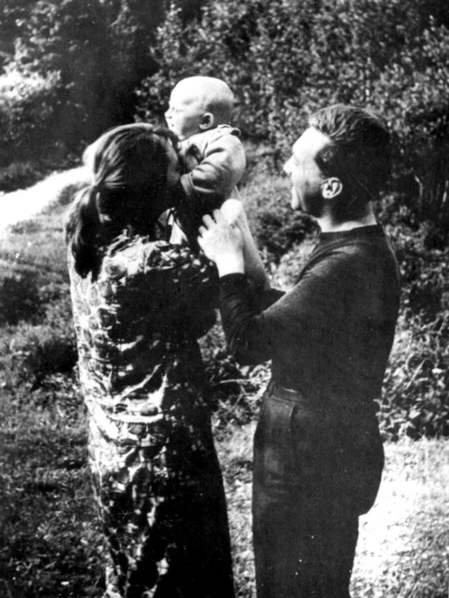 1963. Людмила Абрамова и Владимир Высоцкий с сыном Аркадием на станции «Отдых».  29 июля