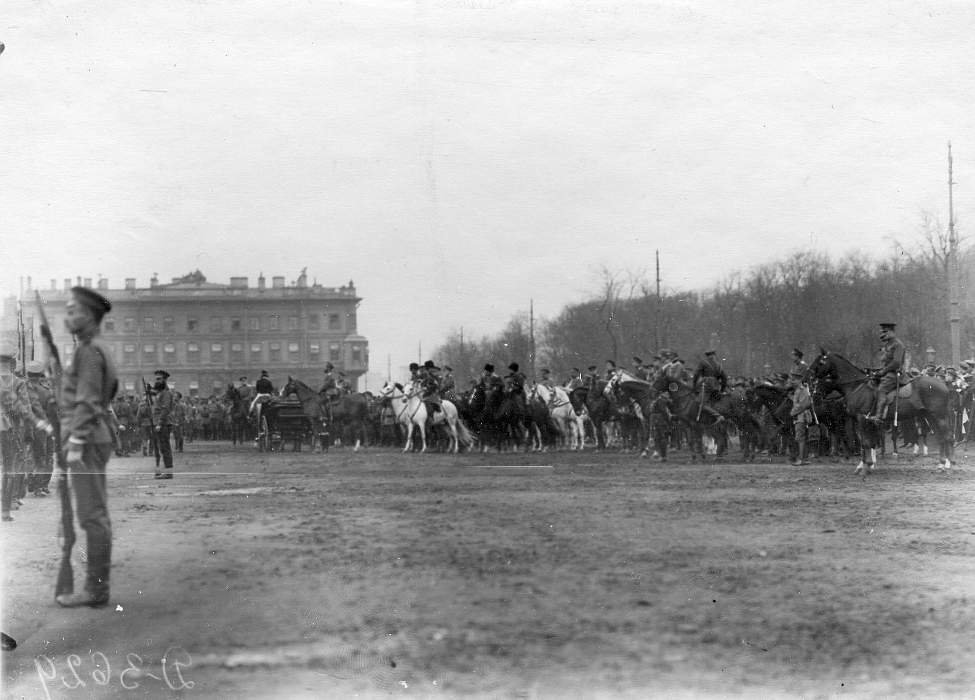 10. Войска проходят церемониальным маршем мимо императора Николая II