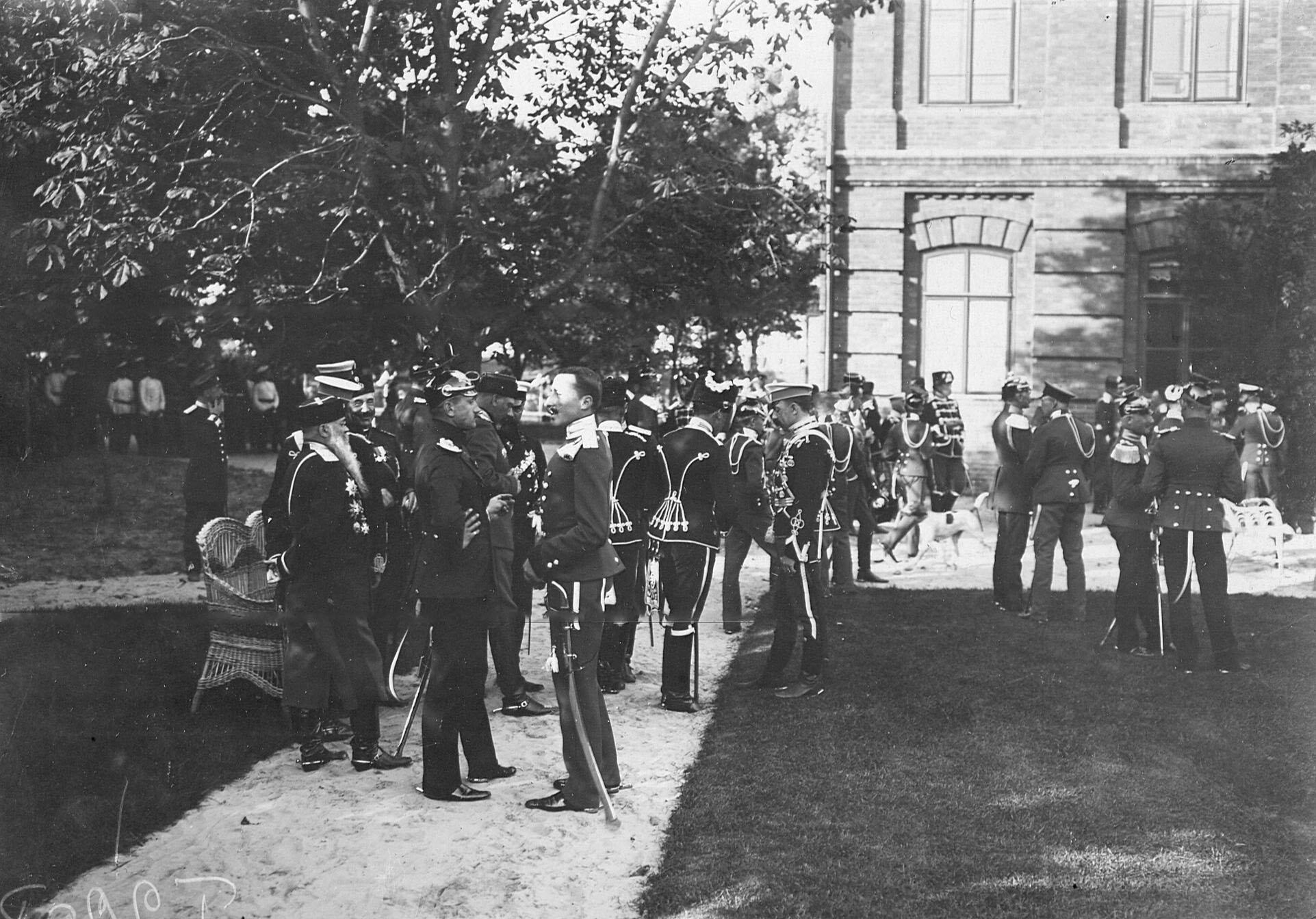 Офицеры прусских уланских и гусарских полков беседуют с офицерами Уланского полка в дворцовом саду в день празднования 250-летнего юбилея полка