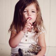 девочка с котенком
