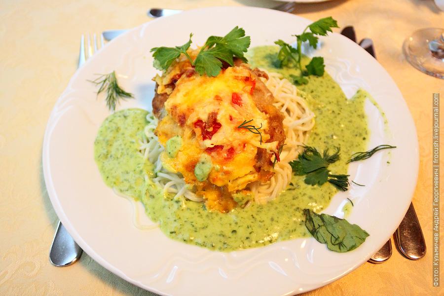 Сочное гнездо (говядина, свежий помидор, майонез, сыр), спагетти. Соус сливочный со шпинатом