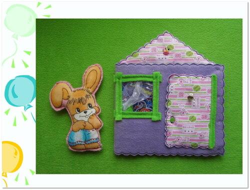 Сказочный домик + Набор карточек + Два зайчонка! Крыша и дверка домика шуршат, на дверку пришит колокольчик. Данный домик закрывается на кнопки и сделан в виде книжки. Окно у него прорезное, которое на ночь можно даже зашторить. ;) В этом домике тоже дружно и весело живут два зайчонка (на липучках). Если наши зайчата проголодаются, то они могут подкрепиться в столовой (карточки на липучках). А еще в этом домике можно долго сидеть в удобном кресле и смотреть в окно... что же там такое происходит? И даже освежиться в жаркий денек... :)