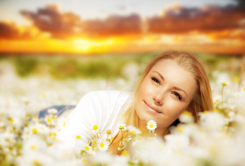 Девушка с ромашками фото со спины