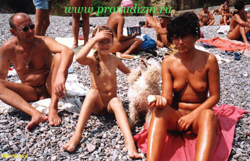 semi-nudistov-na-plyazhe-foto