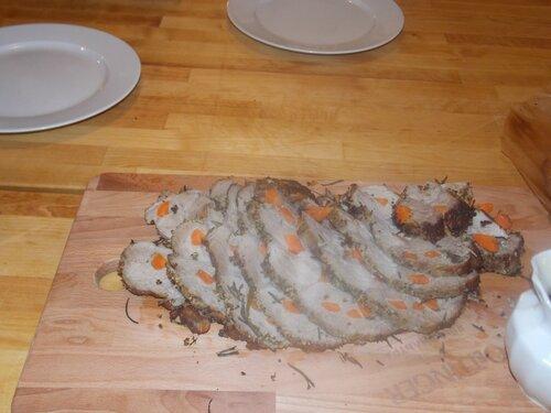 Готовая свинина, нашпигованная морковью