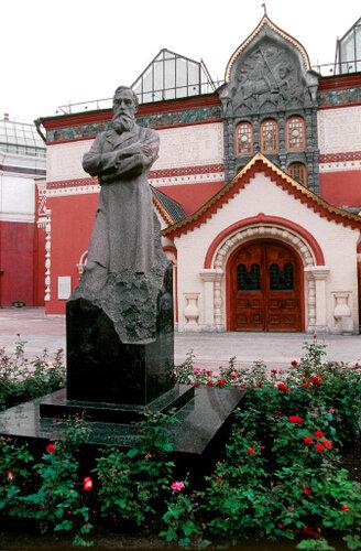 Памятник П.Третьякову у Третьяковской галереи