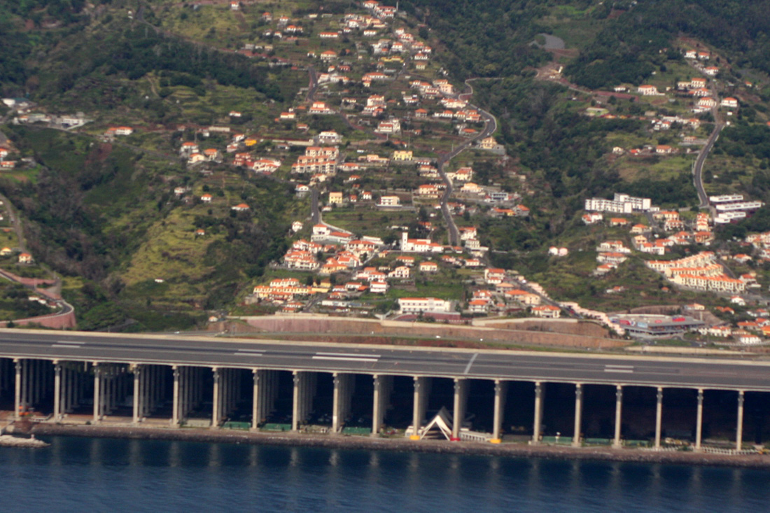 Самая длинная эстакадная взлетно-посадочная полоса была построена в международном аэропорту Мадейры:
