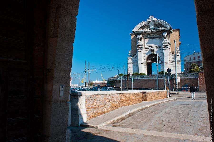 Кроме Лазарета были построены церковь Иисуса и арка Клемента