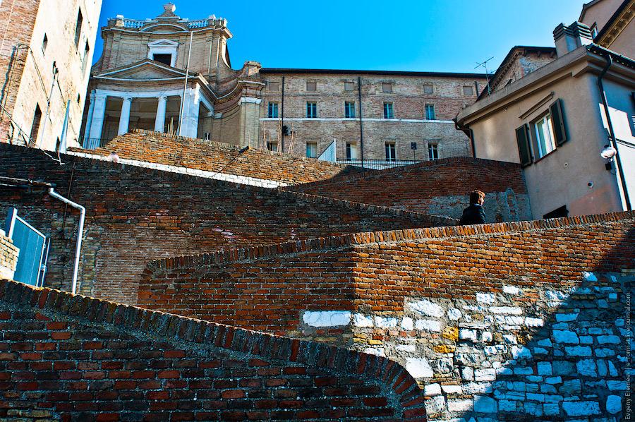 Анкона - древний портовый городок в Италии