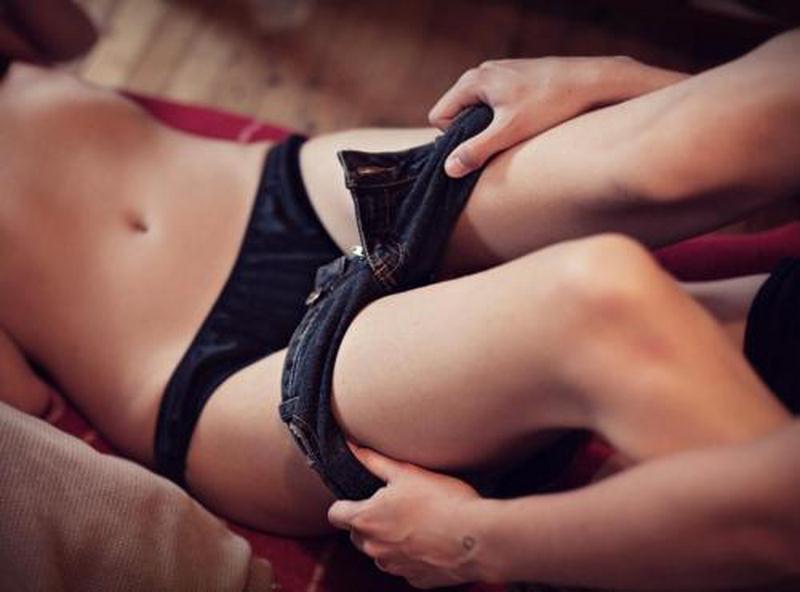 Мужчины раздевают женщин, трахнуть пожилую но сначала хорошенько полизать