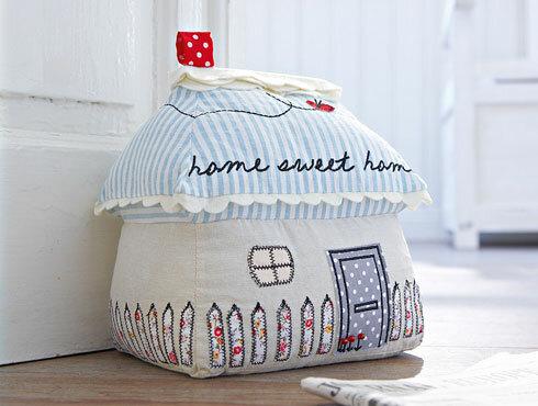 Подушка в форме домика