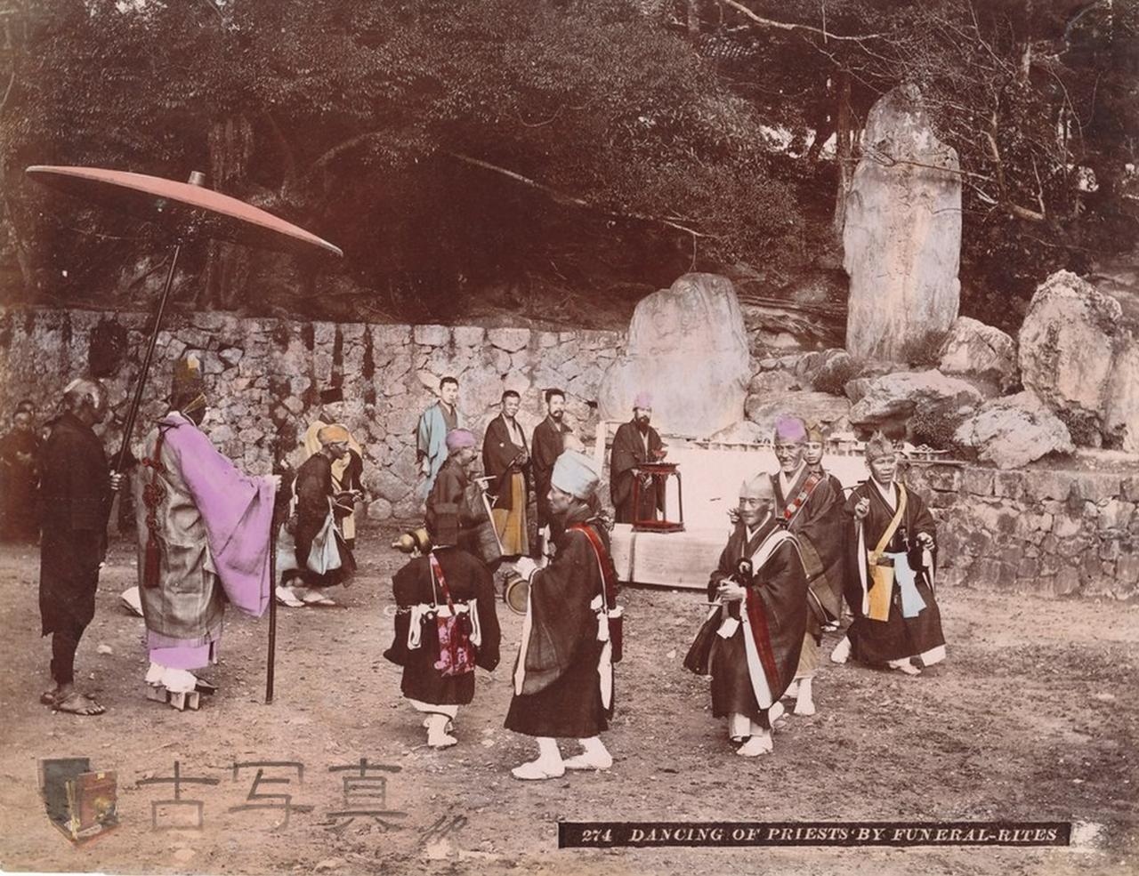 Танцующие на похоронах священники