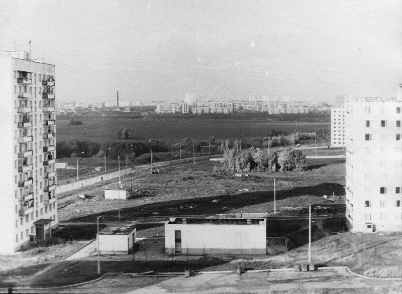 Вид с крыши дома 27 по Сумскому проезду на дома 23-1 и 23-2 и поле, где будет построено Северное Чертаново.