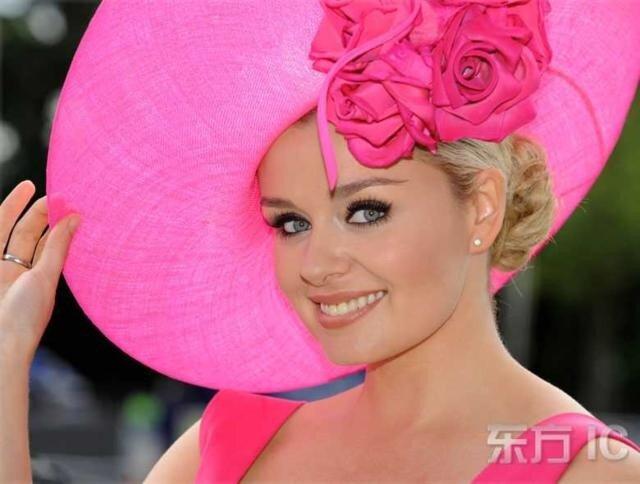 Красивые женщины в шляпах на императорском жокей. клубе в