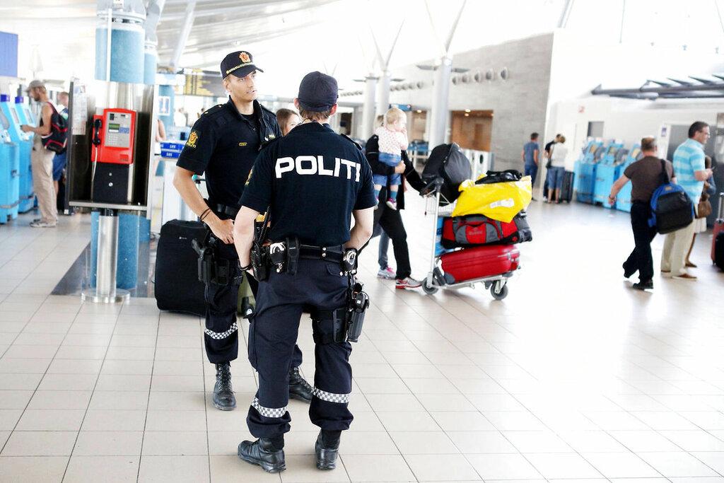 Oslo  20140724. Politet står vakt på Værnes flyplass torsdag. Politiet har iverksatt flere tiltak for å møte en mulig trussel. Foto: Tor Aage Hansen / NTB scanpix