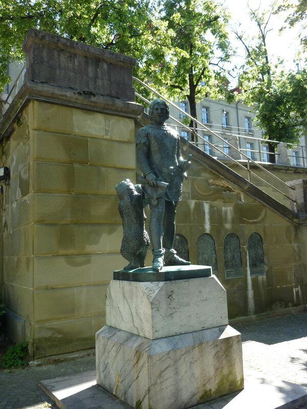 Бертольд V, основатель Берна, вместе с символом города:)