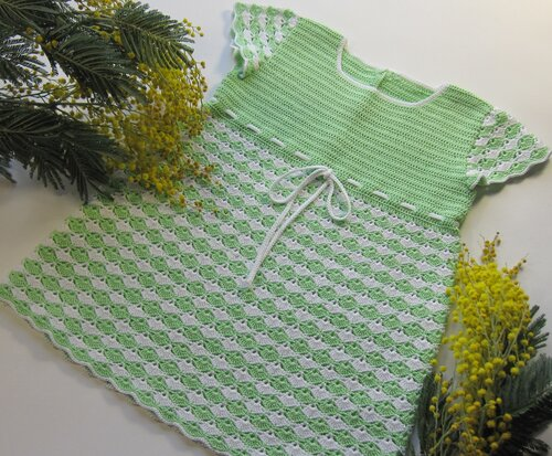 Ye�il/beyaz t��i�i bebek elbisesi �rne�i