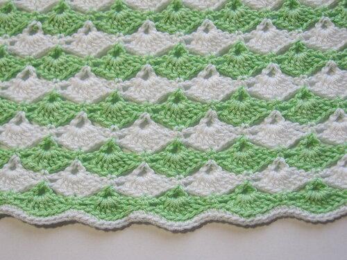 Yeşil/beyaz tığişi bebek elbisesi örneği