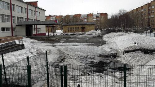 Фото города Инта №7534  Куратова 32 (СОШ №8), Дзержинского 21а и Куратова 24 09.04.2015_13:00
