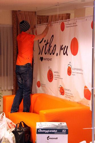 Ситко вешает баннер