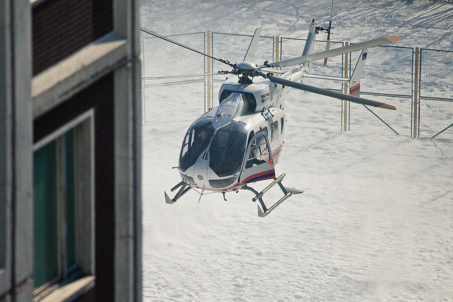 Вертолёт в школьном дворе Москвы / Medical helicopter at schoolyard in Moscow