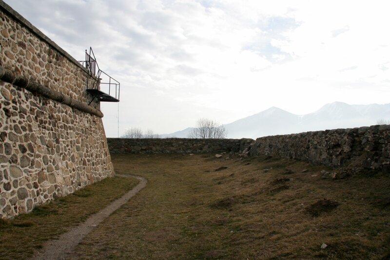 Крепостные стены и кронверки крепости Мон-Луи