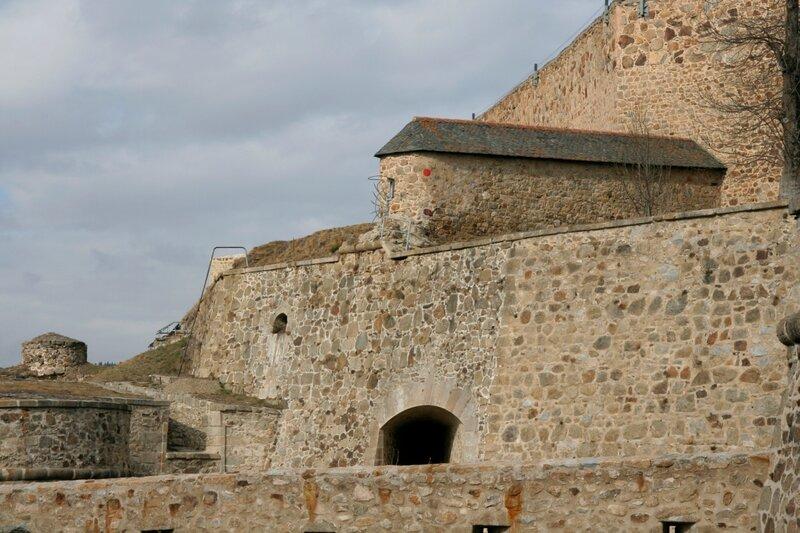 Цитадель и крепостные стены Мон-Луи