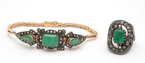 Браслет и кольцо «Изумрудные острова». Браслет выполнен в стиле Ар-Деко. Золото, серебро. Вставки: центральный изумруд огранки «emerald» средне-светлого зеленого цвета, чистоты Г3 ~ 5.95 карат, 2 изумруда по бокам фантазийной огранки, формы «груша», средн