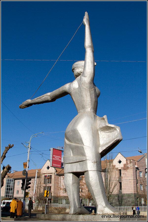 статуя девушки в Гюмри