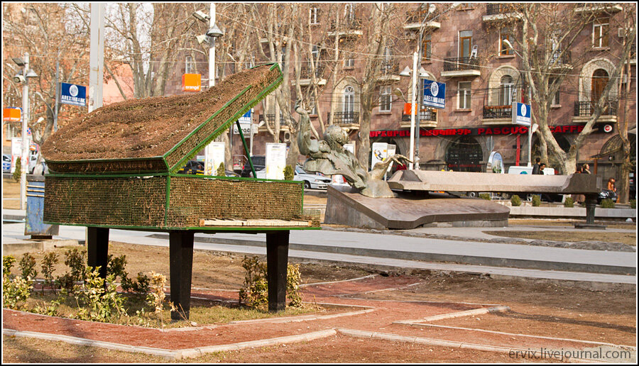Ереван. памятник рояль