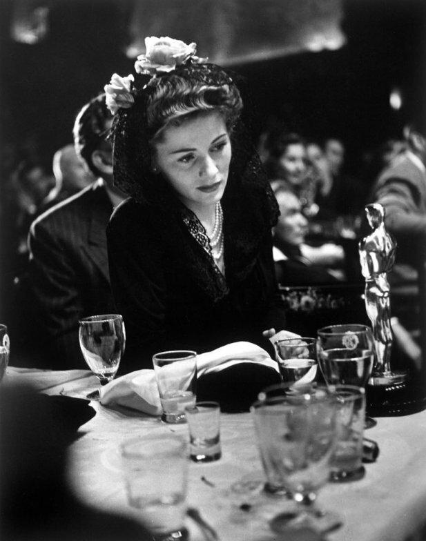 В 1942 году , Джоан Фонтейн награждается Оскаром за роль в фильме Подозрение.