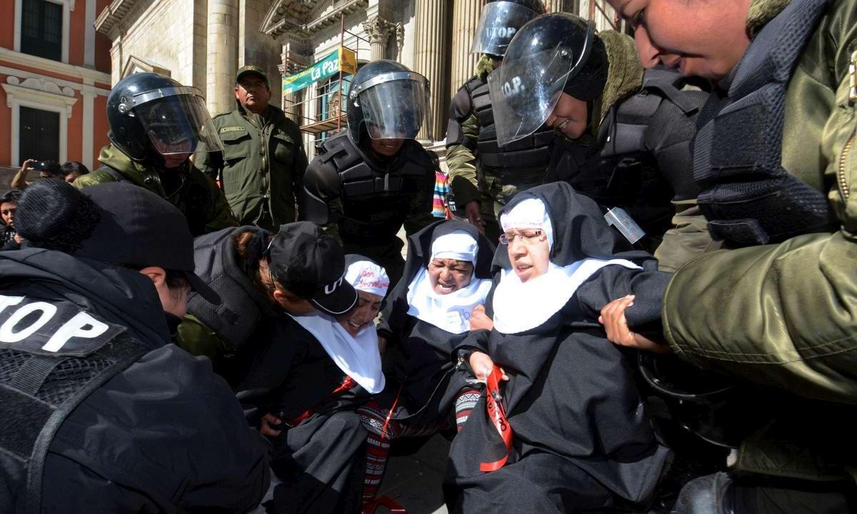 Причуды социального протеста: Боливийские полицейские против распоясавшихся псевдомонашек