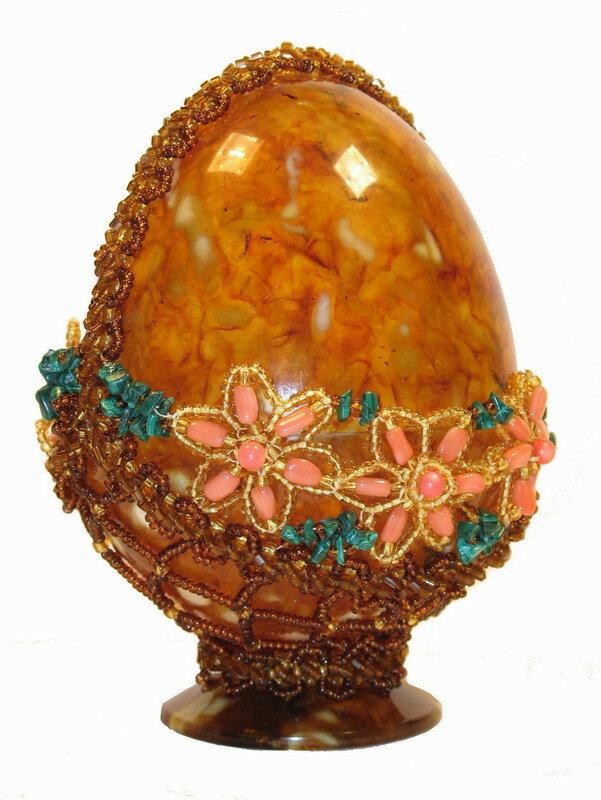 Яйцо пасхальное из янтаря с цветочным орнаментом бирюзой.