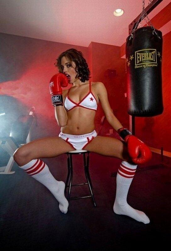 Девушка в боксерских перчатках с большой грудью
