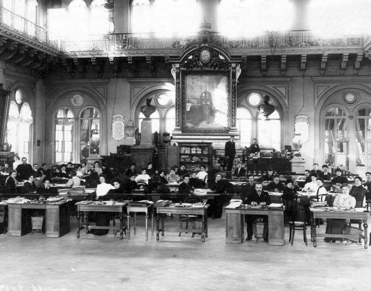 1906. Члены избирательной комиссии в Первую Государственную думу в зале заседаний Городской думы