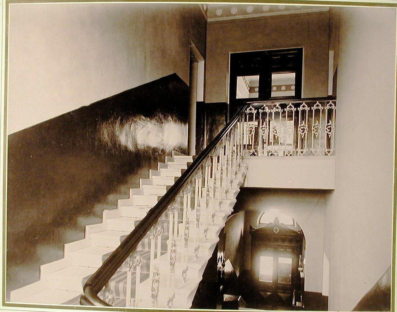 02. Вид парадной лестницы в здании общины