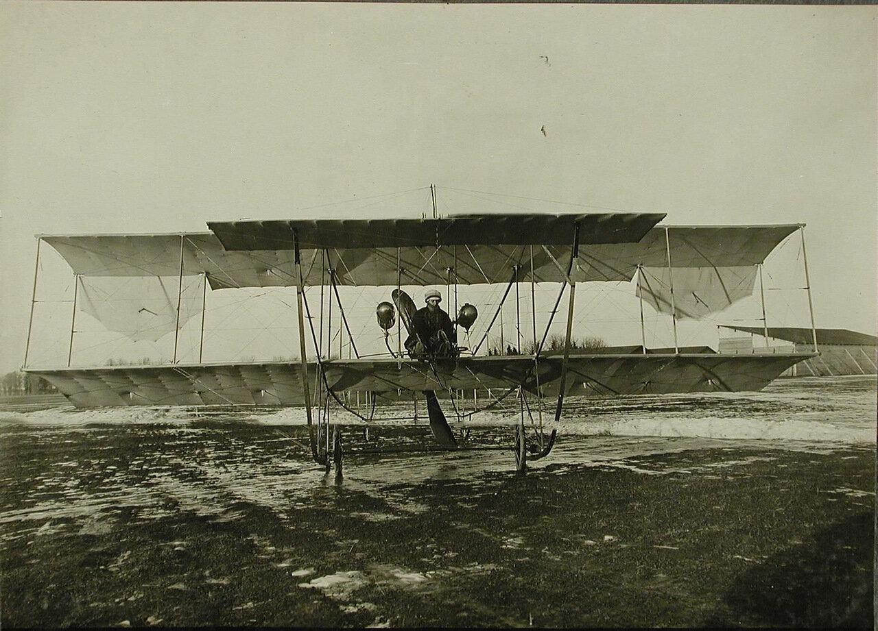 11. Авиатор на месте пилота в биплане типа «Зоммер»