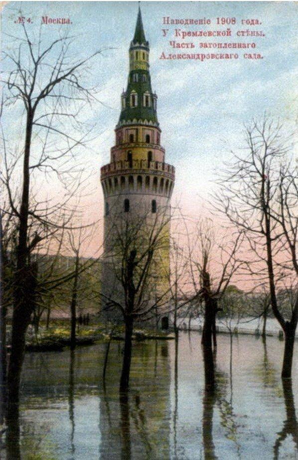 Наводнение 1908 года. У Кремлевской стены. Часть затопленного Александровского сада