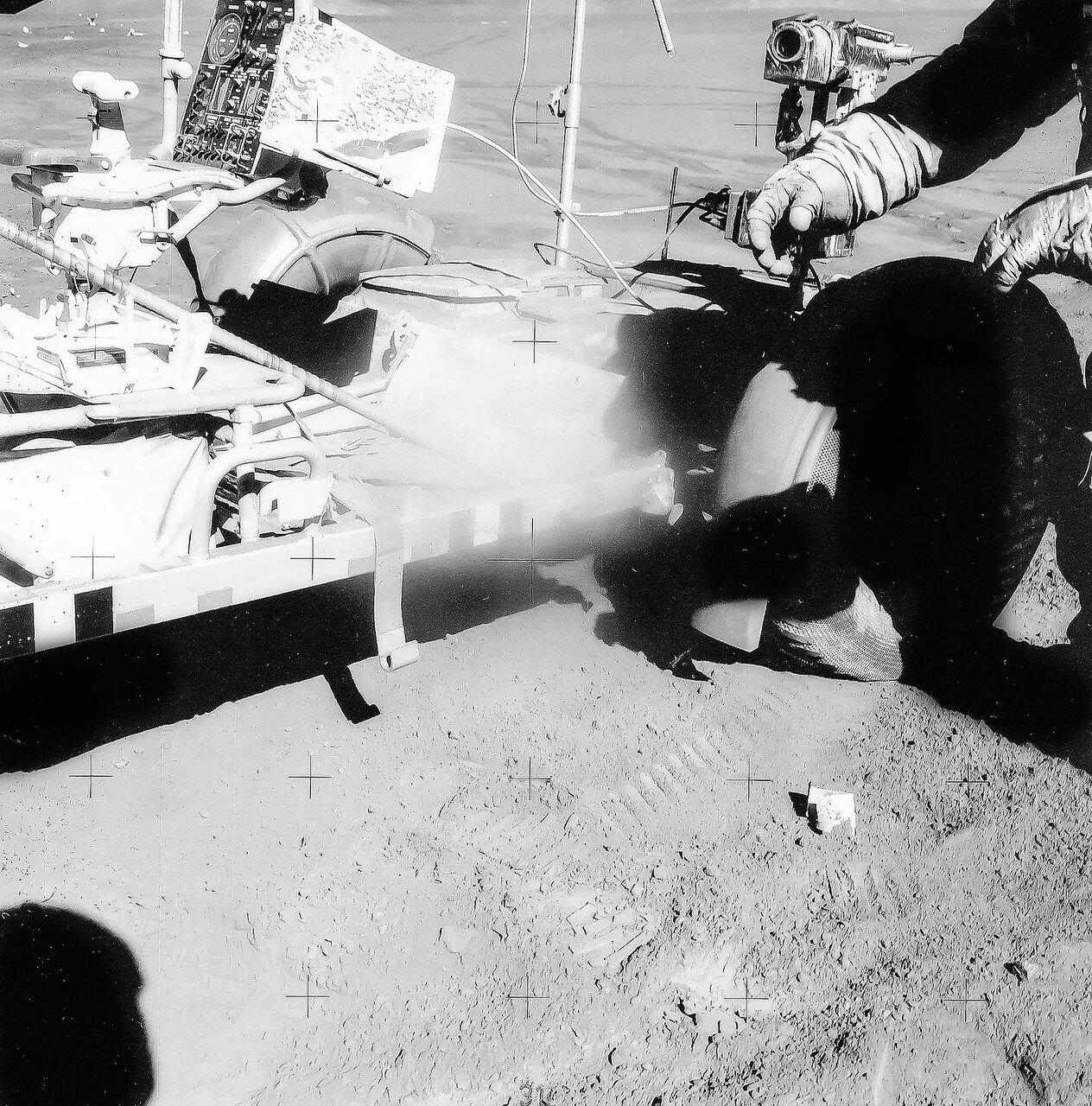 Затем Скотт смонтировал на «Ровере» и подключил лунный передатчик информации, устройство дистанционного управления телекамерой, саму телекамеру и обе антенны, а Ирвин, тем временем, установил подставку для геологических инструментов и загрузил контейнеры