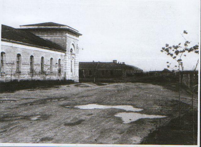 Здание бывших конюшен, выход на Конюшенную слободку ( к 38 заводу!)...фото середины 20 века