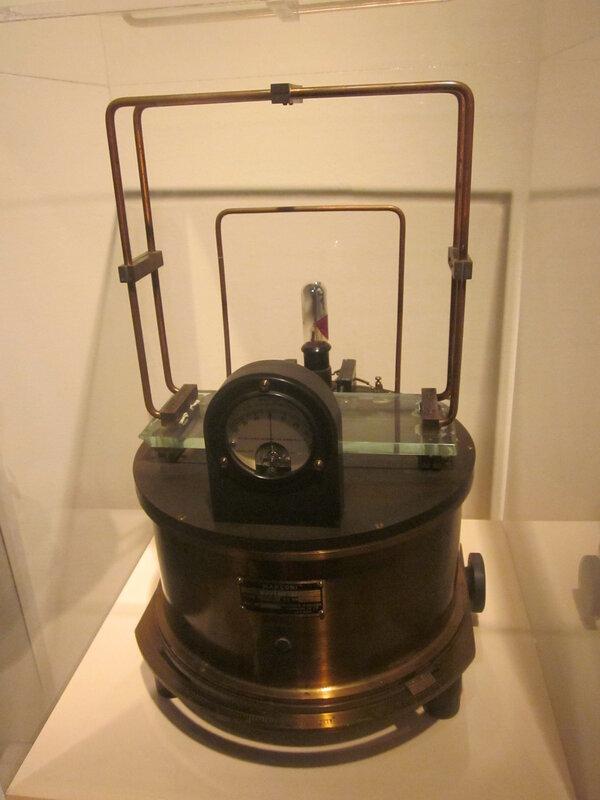 Прибор для измерения напряжённости электромагнитного поля.  Радиопередатчик.