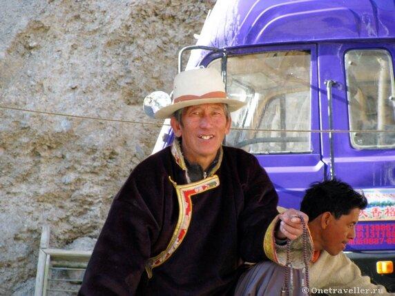 Китай, провинция Сычуань, Ганцзи-Тибетский автономный округ, город Дечен. Тибетцы играют в бильярд.