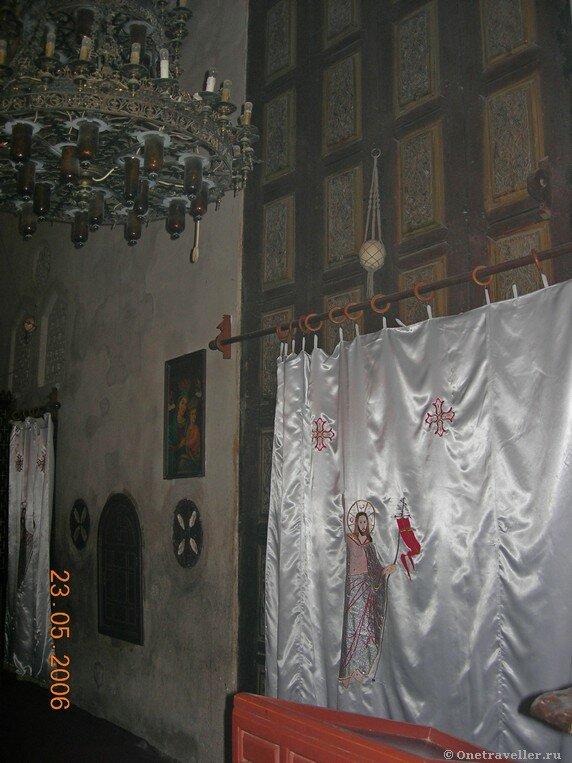 Египет. Коптский монастырь Эль-Барамос. Церковная завеса на входе в алтарь.