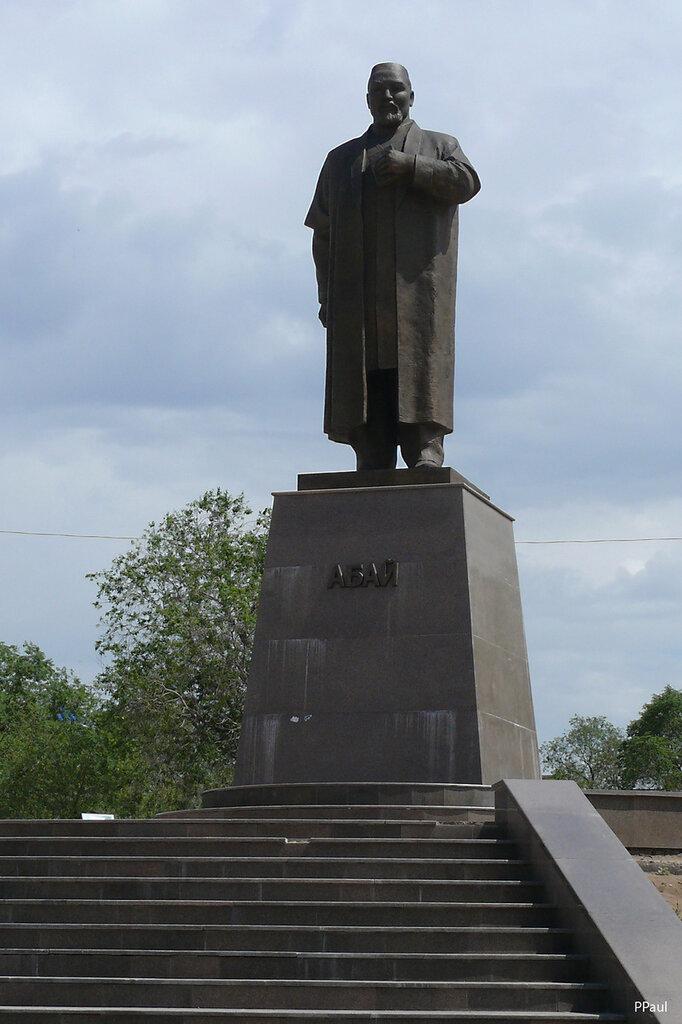 Караганда. памятник Абаю...