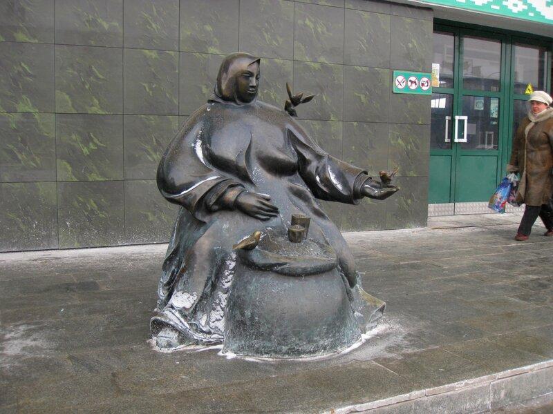 """Скульптура """"Торговка и воробей"""" у Комаровского рынка"""