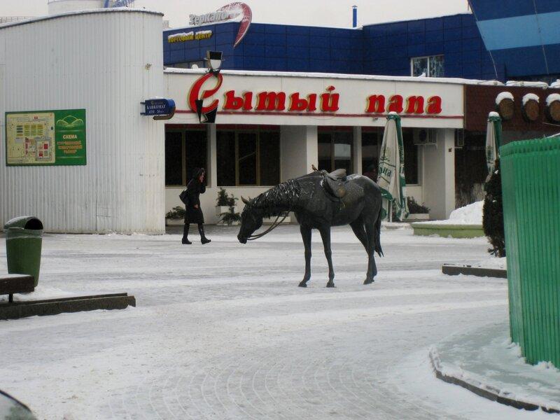 """Скульптуры у Комаровского рынка (""""Лошадь и воробей"""")"""