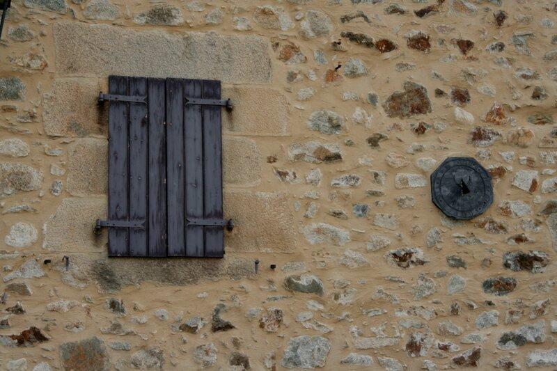 Крепость Мон-Луи. Солнечные часы на стене дома
