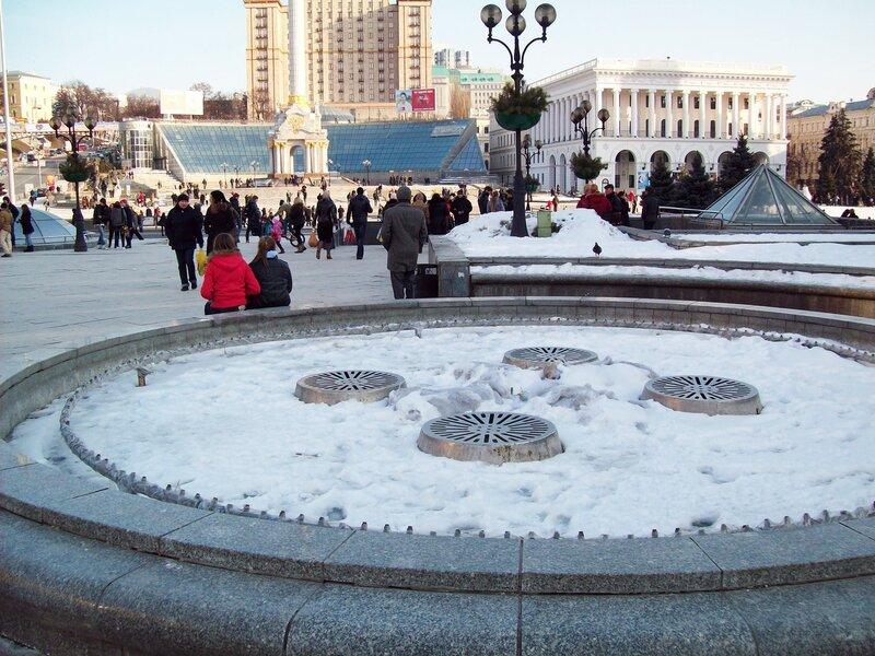 Фонтан на Майдане Незалежности под снегом