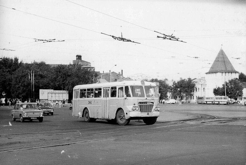 Ярославль, площадь Подбельского, автобус Икарус-620 маршрут 16.  Июнь 1975 года.  Богоявленская площадь. площадь им...