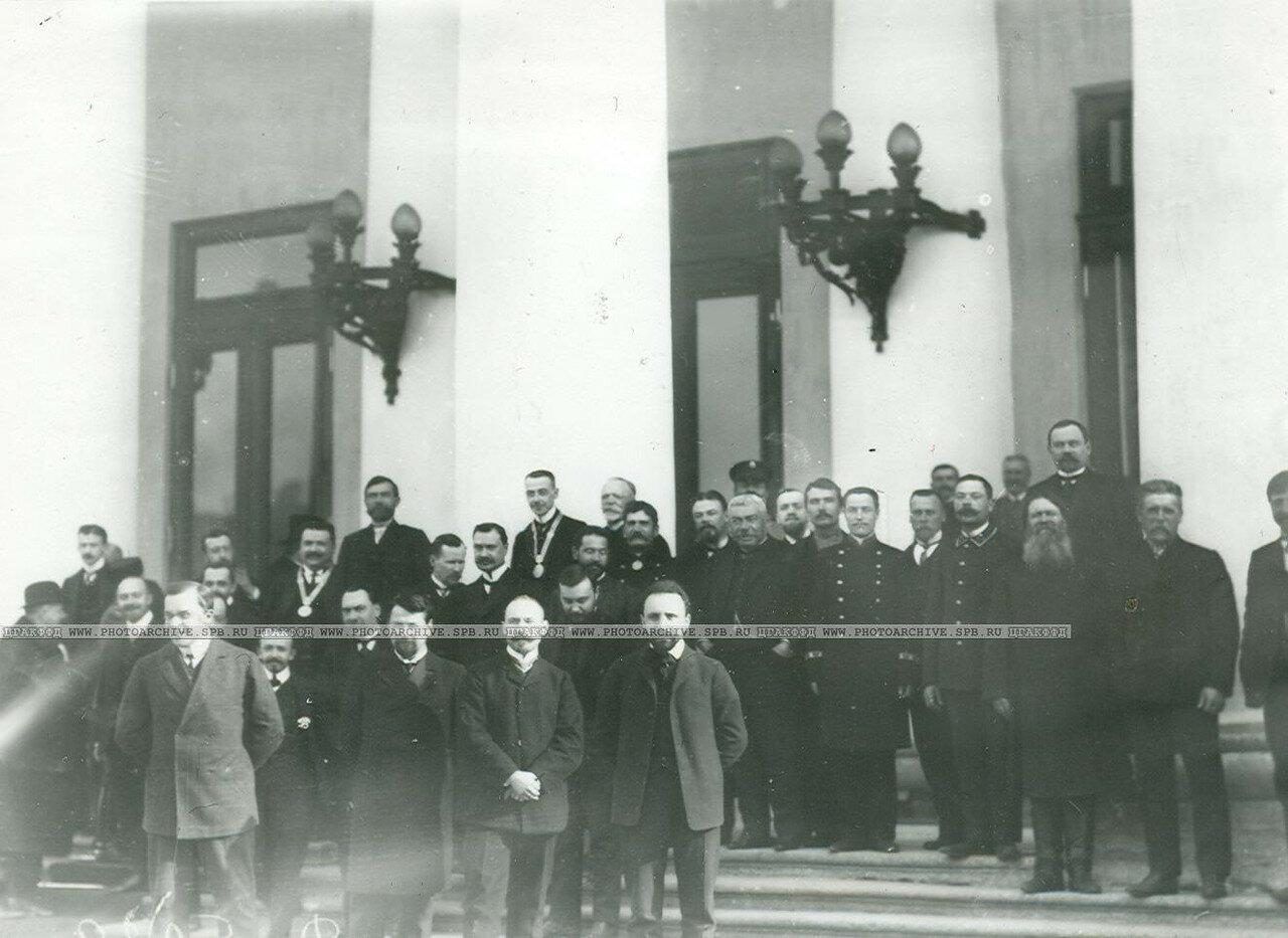 Группа депутатов Первой Государственной думы у Таврического дворца в день открытия думы.